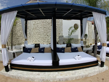 Vip lifestyle holidays vip beaches for Pool canopy bed